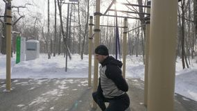 Idrottsman nenmannen som gör satt övning med sportexpanderen på vintersportar, grundar stock video