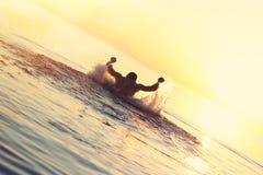 Idrottsman nensimning i vattnet Arkivfoto