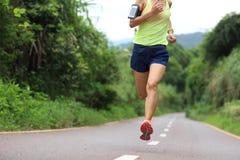 Idrottsman nenspring på skogslinga begrepp för wellness för genomkörare för kvinnakondition jogga royaltyfri bild