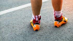 Idrottsman nenspring på vägen, slutet upp fot med rinnande skor och st royaltyfria bilder