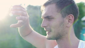 Idrottsman nenwipessvett från hans framsida efter en genomkörare lager videofilmer