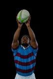 Idrottsman som fångar bollen, medan spela rugby fotografering för bildbyråer