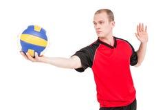 Idrottsman som får klar att tjäna som, medan spela salvabollen Royaltyfria Foton