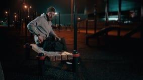 Idrottsman som lämnar utbildningsjordning på natten lager videofilmer