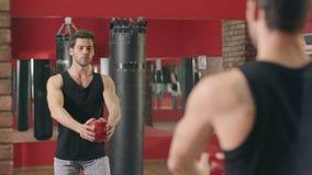 Idrottsman som squatting med den färdiga bollen i sund klubba Satt sportmanutbildning stock video