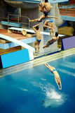 Idrottsmannen hoppar från dykning-torn Royaltyfri Foto