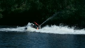 Idrottsmannen som virvlar runt på den fartfyllda strålen, skidar på floden Extremt begrepp för vattensport stock video