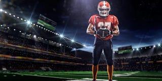 Idrottsmanspelare för amerikansk fotboll i stadion arkivbild