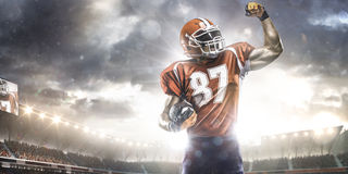 Idrottsmanspelare för amerikansk fotboll i stadion Arkivbilder