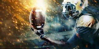 Idrottsmanspelare för amerikansk fotboll på stadionspring i handling Sporttapet med copyspace royaltyfri bild