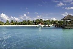 Idrovolante sulla spiaggia alla località di soggiorno delle Maldive Immagine Stock