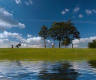 Idyl op de oever van het meer Stock Afbeeldingen