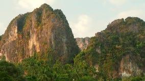 Idylicc kalkstenkullar i Thailand raileyområde arkivfilmer