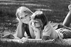 Idylle de famille Mère et fils sur la pelouse de l'image monochrome Photo libre de droits