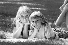 Idylle de famille Mère et fils sur la pelouse de l'image monochrome Photographie stock