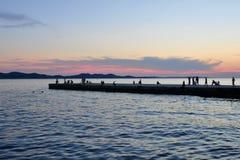 Idylledämmerung Schöne Atmosphäre auf dem Pier Stockbilder