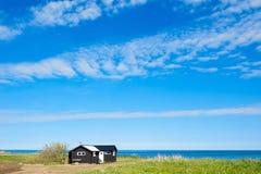 Drewniana chałupa przy wschodnim wybrzeżem wyspa Oland, Szwecja Obraz Stock