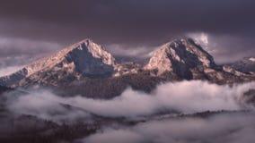 Idylliczna halna sceneria przy mgłowym świtem Obrazy Royalty Free