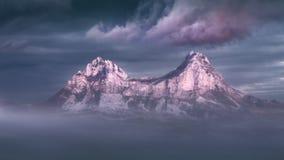 Idylliczna halna sceneria przy mglistym zmierzchem Fotografia Royalty Free