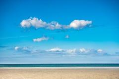 Idylliczna lato scena piaskowata plaża i niebieskie niebo zdjęcia royalty free