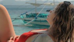 Idylliczna scena: szczęśliwa młoda kobieta kłaść i odpoczywa w hamaku na tropikalnej piaskowatej plaży w gorącym letnim dniu na w zbiory
