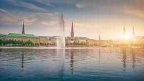 Idylliczny Binnenalster w złotym wieczór świetle przy zmierzchem, Hamburg, Niemcy fotografia royalty free