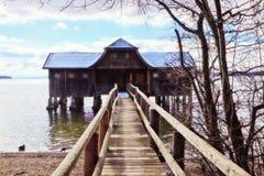 Idylliczny drewniany stilt na Bawarskim jeziorze zdjęcie stock