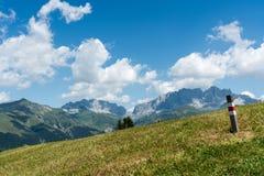 Idylliczny góra krajobraz z wycieczkuje śladem i śladu markier w widoku pierwszoplanowym i wielkim zdjęcia stock