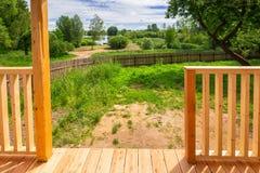 Idylliczny jeziorny widok od ogródu zdjęcia royalty free