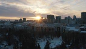 Idylliczny krajobraz nowo?ytni miasto budynki, park i ko?ci?? przy zmierzchem, za?wieca w zimie akcja Miasto zima zdjęcia royalty free