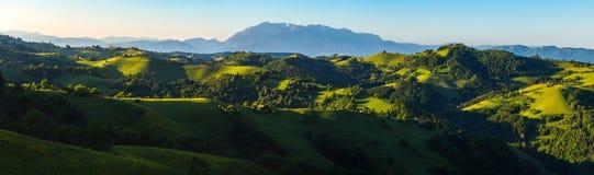 Idylliczny krajobraz, wschód słońca nad Transylvanian wzgórzami fotografia royalty free