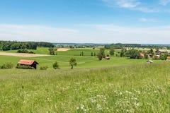 Idylliczny krajobraz z bud? przed niebieskim niebem w Niemcy Bavaria fotografia royalty free