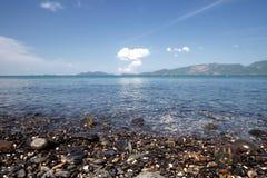 Idylliczny krystaliczny seawater przed luksusowym hotelem, atrakcyjny jasny morze, natury linii brzegowej t?a podczas wakacji obraz stock