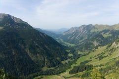 Idylliczny lato krajobraz z wycieczkować ślad w Alps z pięknymi świeżymi zielonymi halnymi paśnikami, Allgäu Niemcy obrazy stock
