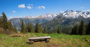 Idylliczny miejsce brać odpoczynek, fellhorn góra z widokiem allgau alps obrazy royalty free