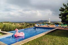 Idylliczny miejsce przy basenem zdjęcie royalty free
