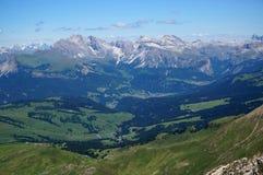 Idylliczny moutain krajobraz z zielonymi łąkami, forrests i wysoka góra szczytami, Obraz Stock