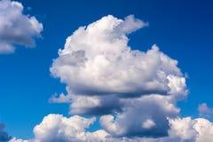 Idylliczny niebieskie niebo z puszystych i burzy chmurami obrazy stock
