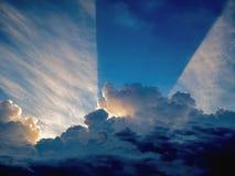 Idylliczny niebieskie niebo z zmierzchu promieniem przychodzącym out od pięknego whi obrazy royalty free