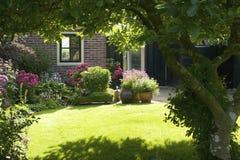 Idylliczny ogród w Giethoorn obrazy stock