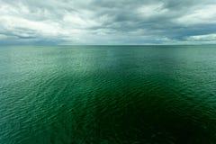 Idylliczny strzał horyzontalna woda morska i niebo zdjęcie royalty free