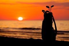 Idylliczny strzał zmierzch i kije golfowi zdjęcia royalty free