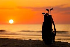 Idylliczny strzał zmierzch i kije golfowi fotografia stock