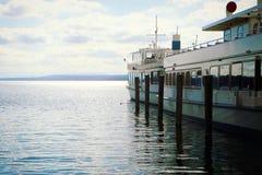 Idylliczny widok Ammersee jezioro z pasażerskimi łodziami obraz stock