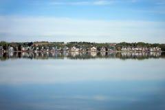 Idylliczny widok z lustrzanym jeziorem Fotografia Stock