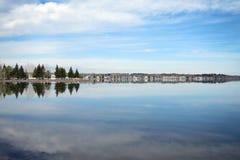 Idylliczny widok z lustrzanym jeziorem Obraz Stock