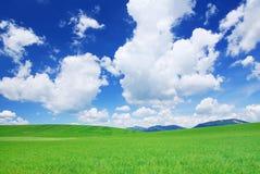 Idylliczny widok, zieleni wzgórza i niebieskie niebo, zdjęcia stock