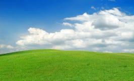 Idylliczny widok, zieleni wzgórza i niebieskie niebo, fotografia stock