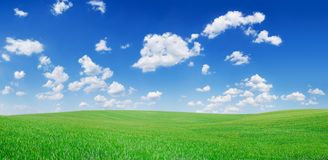 Idylliczny widok, zieleni wzgórza i niebieskie niebo z białymi chmurami, fotografia stock