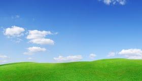 Idylliczny widok, zieleni wzgórza i niebieskie niebo z białymi chmurami, obrazy stock